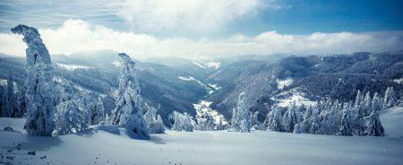 Foto des Ausblicks vom winterlichen Feldberg in das schneebedeckte Tal