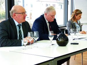 Foto der Neujahrs-Pressekonferenz zum Jahrgang 2016 des Badischen Weinbauverbandes mit Weinbaupräsident, Geschäftsführer und Weinhoheit