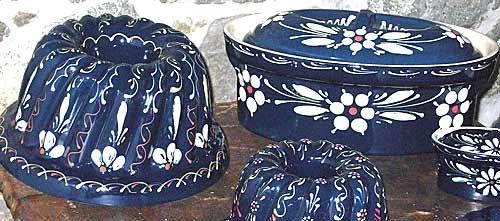 Kunstvoll und mit klassischen Motiven verzierte Hafner Keramik.