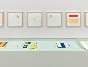 Foto von ausgestellten Künstlerbüchern von Richard Tuttle, aufgenommen im Kunstraum Alexander Bürkle in Freiburg