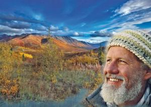 Foto von Mario Goldstein in der Wildnis, im Hintergrund ein Berg