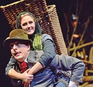 """Szenenbild aus """"Die kleine Hexe"""" im Theater Freiburg: Der Revierförster trägt die kleine Hexe huckepack"""