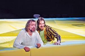 """Szene aus Lessings """"Nathan der Weise"""" im Theater Freiburg. Es zeigt die Schauspieler André Benndorf und Victor Calero."""