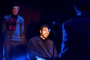 """Szenenbild aus Dostojewskis """"Schuld und Sühne"""" im Freiburger Theater der Immoralisten. Es zeigt den Schauspieler Jochen Kruß als Raskolikow in einer Verhörsirtuazion"""