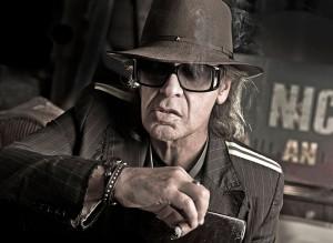 Portraitfoto von Udo Lindenberg mit Zigarre, Hut und Sonnenbrille