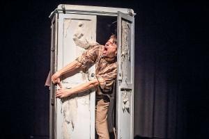 """Szenenbild aus """"Als ich fliegen konnte"""". Es zeigt den Schauspieler Samuel Kübler, der in einen Schrank steht und sich daran klammert"""