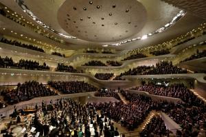 Foto des Eröffnungskonzerts in der Elbphilharmonie. Es zeigt Teile des Orchesters und des Publikums