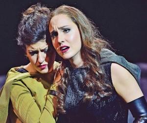 """Szene aus """"Crusades"""" am Theater Freiburg. Es zeigt die Schauspielerinnen Sirin Kilic und Kim-Lillian Strebel"""