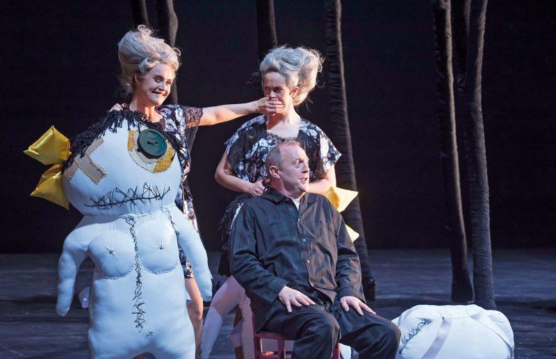 Sarah Brady, Anastasia Bickel und Andrew Murphy in Rossinis La Cenerentola am Theater Basel. ©Priska Ketterer