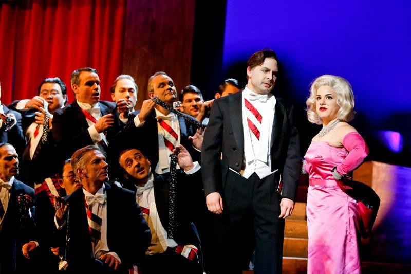 David Arnsperger als Samuel Cooper, Rebecca Jo Loeb als Susan Cooper und der opernchor des Freiburger Theaters in Kurt Weills Musical Love Life. ©2017 / Birgit Hupfeld
