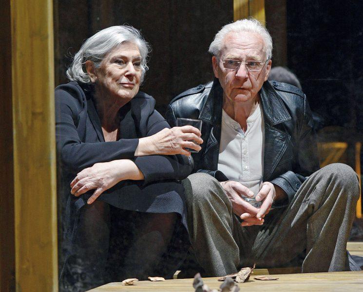 """Die Schauspieler Margot Gödros und Hartmut Stanke in """"Das Gartenhaus"""". (© Tanja Dorendorf)"""