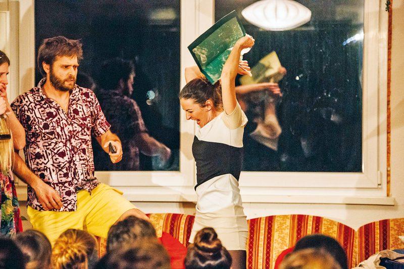 Theater Spielzimmer: Seelen-Striptease mit hohem Unterhaltungswert im Wohnzimmer