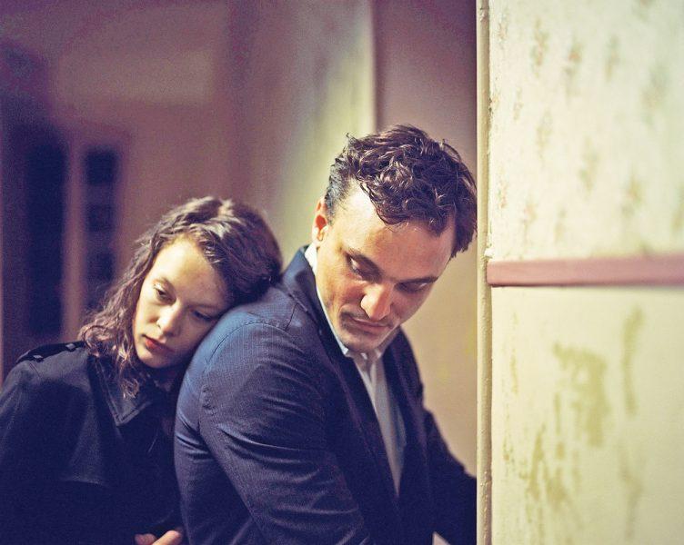 """Paula Beer und Franz Rogowski in """"Transit"""". (© Schramm Film/Marco Krüger)"""
