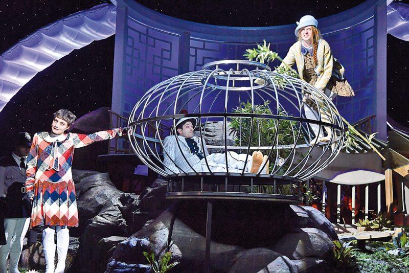 """Paula Hans, Thiemo Strutzenberger und Pia Händler in der """"Dreigroschenoper"""" am Theater Basel. (©Sandra Then)"""
