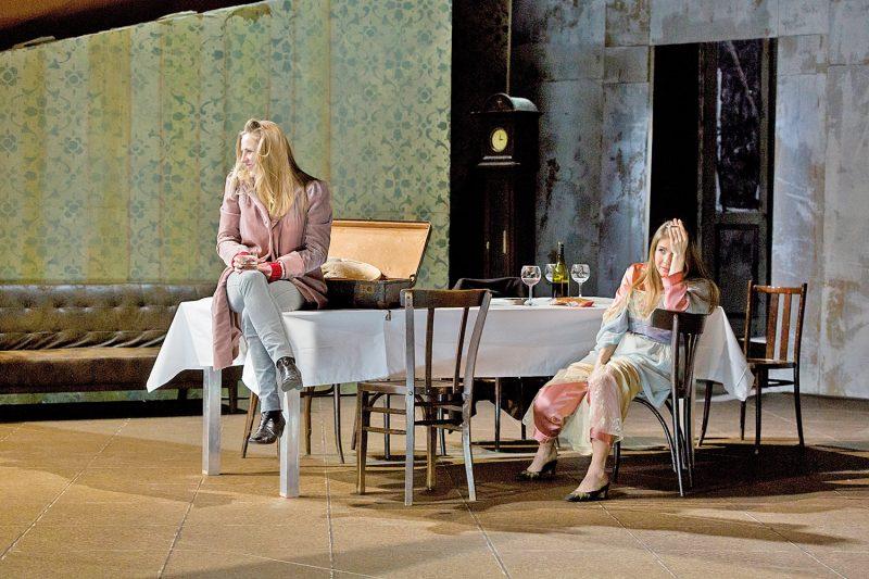 "Marieke Kregel und Angela Falkenhan in ""Drei Winter"" am Theater Freiburg (© Foto: Rainer Muranyi)"