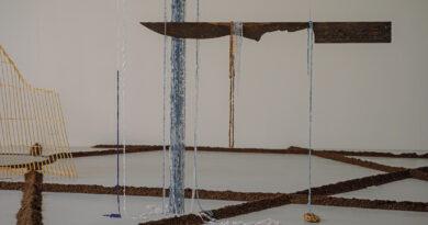 In Minia Biabianys Ausstellung im Kunstverein Freiburg spiegeln sich kolonialistische Strukturen
